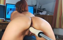 Hottie makes her pussy squirt with a machine